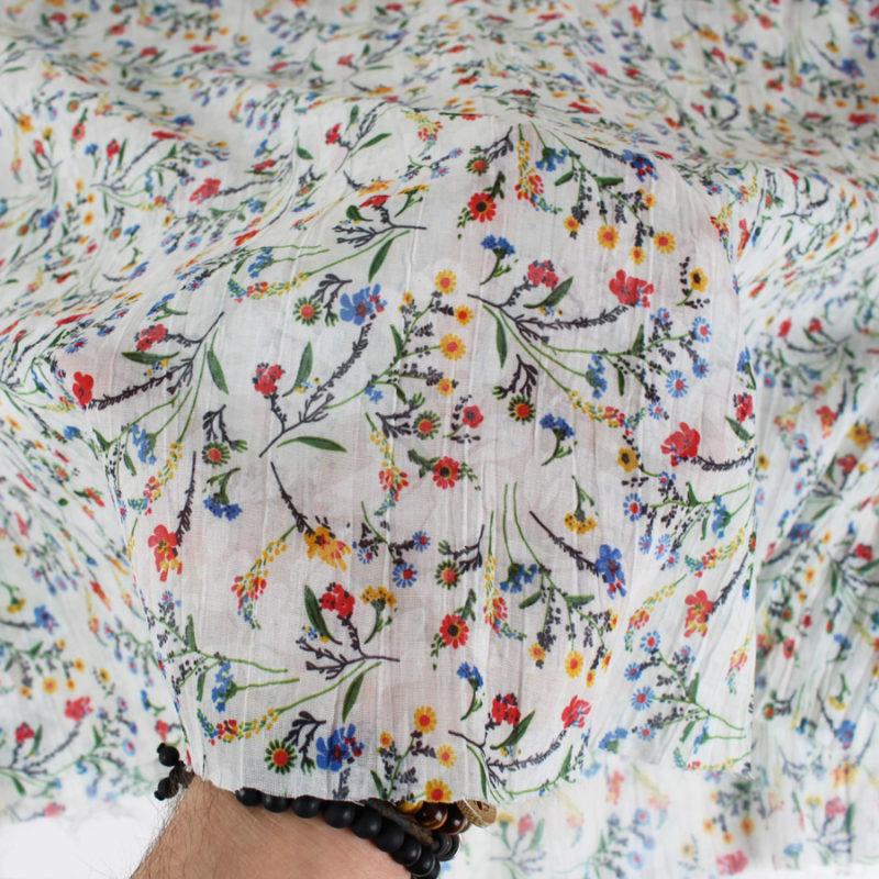 Voile de coton froissé à motifs fleuris blanc